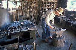Ferreiro idoso em uma ferraria / Old blacksmith at a iron store