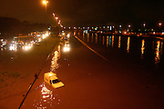 Sao Paulo,_SP, Brasil...Chuva forte causa enchente e acidentes na regiao central da cidade e alaga a Marginal Tiete apos 3 anos...The rain causes flooding and accidents in the central region of the city and overflows Marginal Tiete after 3 years...Foto: LEO DRUMOND / NITRO