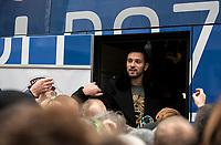 2018.11.11 Bialystok Przed meczem z Jagiellonia Bialystok pilkarze Lecha Poznan w 100. rocznice odzyskania niepodleglosci rozdawali mieszkancom Bialegostoku rogale swietomarcinskie poznanski specjal przygotowywany na Dzien Swietego Marcina, ktory wypada 11 listopada N/z rogale rozdawal m.in Maciej Makuszewski fot Michal Kosc / AGENCJA WSCHOD