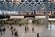 Nederland, Den Haag, 27-11-2019 Ingang gebouw,hal,stationshal, centraal station van Den Haag . Foto: Flip Franssen