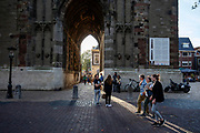 Mensen genieten van het mooie najaarsweer bij de Dom in Utrecht.<br /> <br /> People enjoy the nice autumn weather near the Dom in Utrecht.