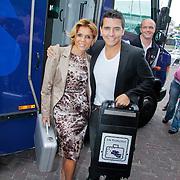 NL/Volendam/20110914 - Jan Smit en Leontien van moorsel onthullen 100% NL magazine grootste oplage aller tijden,J an Smit en Leontien van Moorsel stappen uit de geldwagen met de koffer waarin de goudstaaf zit