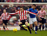 Fotball<br /> England 2004/2005<br /> Foto: SBI/Digitalsport<br /> NORWAY ONLY<br /> <br /> Sunderland v Ipswich<br /> Coca-Cola Championship, 21/11/2004<br /> <br /> Sunderland's Dean Whitehead (L) tries to beat Ipswich's Pablo Counago