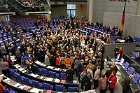 19 DEC 2003, BERLIN/GERMANY:<br /> Uebersicht des Plenarsaales Namentliche Abstimmung, Sondersitzung des Bundestages zur Abstimmung ueber das Reformpaket zu Steuern und Arbeitsmarkt, Deutscher Bundestag<br /> IMAGE: 20031219-01-051<br /> KEYWORDS: Übersicht, Plenum