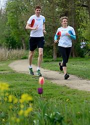 10-04-2014 NED: NY City Marathon training Vriendenloterij, Amsterdam<br /> In het Amsterdamse Vondelpark werden de eerste meters gelegd door de lopers van de vriendenloterij / Bas en Judith