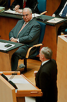 05 FEB 1998, BONN/GERMANY:<br /> Helmut Kohl, CDU, Bundeskanzler, und Oskar Lafontaine, SPD Parteivorsitzender (am Rednerpult), Debatte über die Bekämpfung der Arbeitslosigkeit im Deutschen Bundestag<br /> IMAGE: 19980205-01/02-02