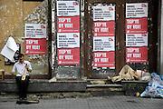 Turkije, Istanbul, 2-6-2011Verkiezingsaffiches van de turkse communistische partij, de TKP, in Istanbul in de aanloop naar de verkiezingen voor het parlement op 16 juni. Een straat muzikant speelt zijn muziek en een zwerver ligt te slapen.Foto: Flip Franssen