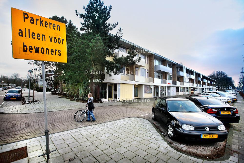 Nederland, Amsterdam , 13 januari 2012..betaald parkeren in Buitenveldert..Er is nogal wat heisa daar sinds op 1 jan betaald parkeren werd ingevoerd. Maar.het nieuwe parkeerbeleid gaat niet op voor alle straten, waardoor sommige.staten nu overvol staan met auto's. De bewoners zijn boos en hebben een.petitie opgesteld..Vooral bewoners van de Boshuizenstraat zijn erg geirriteerd door die zg scheefparkeerders..Foto:Jean-Pierre Jans