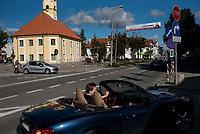 Bielsk Podlaski, woj. podlaskie, 29.09.2018. N/z kabriolet Mazda na ulicy Mickiewicza, w glebi zabytkowy ratusz, siedziba muzeum fot Michal Kosc / AGENCJA WSCHOD