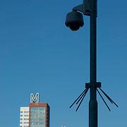 Nederland Rotterdam 7 maart 20110 20110307 Achterstandswijk Katendrecht, camera bewaking. Op de achtergrond hoogbouw woontorens Montevideo en New Orleans. .Camera's / security public area. Deelgemeente Feijenoord,.Oud Zuid, omvat 4 probleemwijken waarvan 1 Katendrecht. Foto: David Rozing
