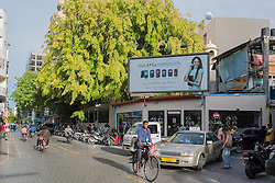 Male, Verkehr mit Auto, Fahrrad und Fussgaenger in Male, Hauptstadt der Malediven,  Male, trafic with car, bicycle and pedestrian, capital city of Maldives