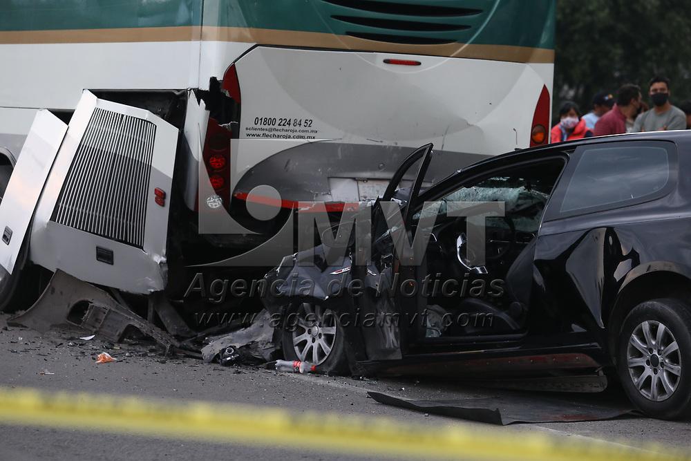 Xonacatlán, México.- Una mujer embarazada murió y su pareja sobre vivio tras impactarse contra un autobús de pasajeros que estaba estacionado sobre la carretera Toluca Naucalpan a la altura de Xonacatlán. Agencia MVT / Ramsés Mercado.