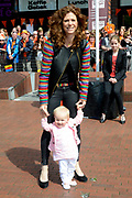 De bibliotheek Amstelveen laat Frits Barend voorlezen aan kleinkinderen en aan de Koning op Koningsdag<br /> <br /> Op de foto:  Barbara Barend en haar dochter dochter Livia Joëlle