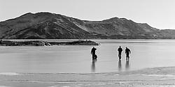 People walking on ice at the lake Thingvellir, Iceland - Fólk á ísilögðu Þingvallavatni