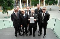 """19 OCT 2006, BERLIN/GERMANY:<br /> Dr. Eckhardt Wohlers, HWWA Hamburg, Prof. Dr. Alfred Steinherr, DIW Berlin, Prof. Dr. Udo Ludwig, IWH, Halle, Dr. Roland Doehrn, RWI Essen, Prof. Dr. Gebhard Flaig, ifo, Muenchen (Sprecher), Prof. Dr. Joachim Scheide, IfW Kiel, Dr. Oliver Huelsewig, ifo, Muenchen, (v.L.n.R.), vor Beginn der Pressekonferenz zur Veroeffentlichung des Gutachtens """"Die Lage der Weltwirtschaft und der deutschen Wirtschaft im Herbst 2006"""", Bundespressekonferenz<br /> IMAGE: 20061019-02-004<br /> KEYWORDS: Herbstgutachten, Wirtschaftsgutachten, Wirtschaftsweise, Wirtschaftsweisen, Roland Doehrn, Oliver Hülsewig"""
