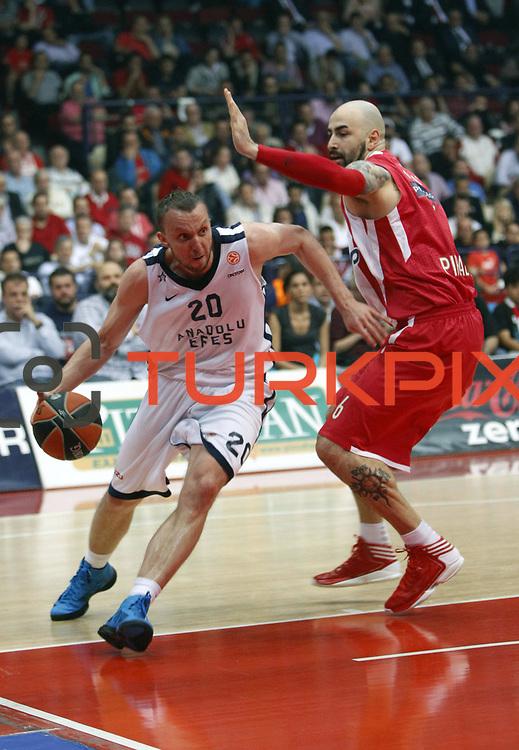 Anadolu Efes's Dusko Savanovic (L) during their Turkish Airlines Euroleague Basketball playoffs Game 5 Olympiacos between Anadolu Efes at SEF Indoor Hall in Piraeus, in Greece, Friday, April 26, 2013. Photo by TURKPIX