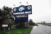 Italie, Carditello, 6-3-2008..Verkoop van Mozzarella langs de weg  in de regio Napels, in Campania. Van melk van waterbuffels wordt de beroemde mozzarella kaas gemaakt. De streek kampt echter met grote afval en vervuilingsproblemen. De mozarella bevat vaak te veel dioxine omdat vuilstortplaatsen in de omgeving giftige stoffen in de bodem afgeven, wat in het veevoer voor de buffels terecht komt. Italië. Felix betekent geluk, voorspoed...Foto: Flip Franssen