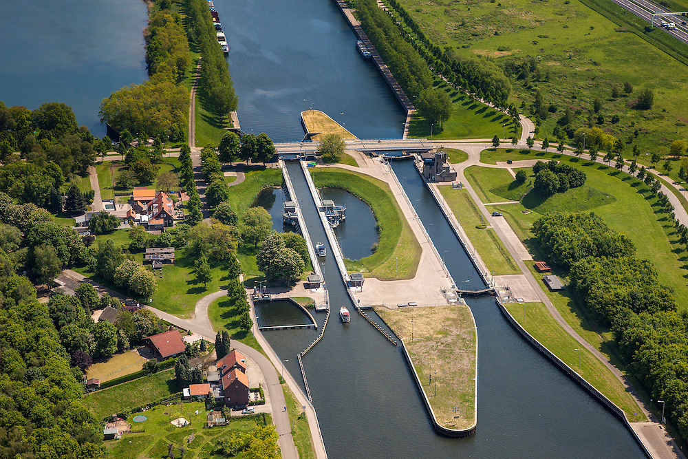 Nederland, Limburg, Gemeente Maasgouw, 27-05-2013; sluis Panheel, kanaal Wessem-Nederweert.<br /> De sluis is voorzien van spaarbekkens (om bij het schutten water te besparen bij lage waterstanden van de Maas).<br /> Shipping lock Panheel, canal Wessem-Nederweert. The lock is equipped with reservoirs to save water at low water levels of the river Meuse.<br /> luchtfoto (toeslag op standaardtarieven);<br /> aerial photo (additional fee required);<br /> copyright foto/photo Siebe Swart.