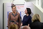 Koningin Maxima aanwezig bij Prix de Rome 2013. De Prix de Rome is de oudste en meest genereuze prijs voor jonge kunstenaars en architecten (tot 40 jaar) in Nederland. <br /> <br /> Queen Maxima attended Prix de Rome in 2013. The Prix de Rome is the oldest and most generous prize for young artists and architects (under 40 years) in the Netherlands.<br /> <br /> Op de foto / On the photo:  Falke Pisano , winnares van de Prix de Rome, poseert met koningin Maxima / Falke Pisano , winner of the Prix de Rome, poses with Queen Maxima