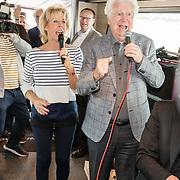 NLD/Rotterdam/20170509 - CD presentatie Joke Bruijs, Joke zingend met ex partner Gerard Cox