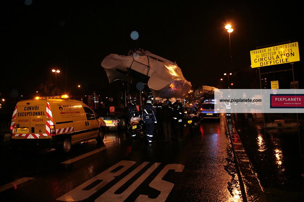 Insolite, Préparation du salon nautique 2007 - convoi des bateaux dans Paris, le 19/11/2007 - JSB / PixPlanete