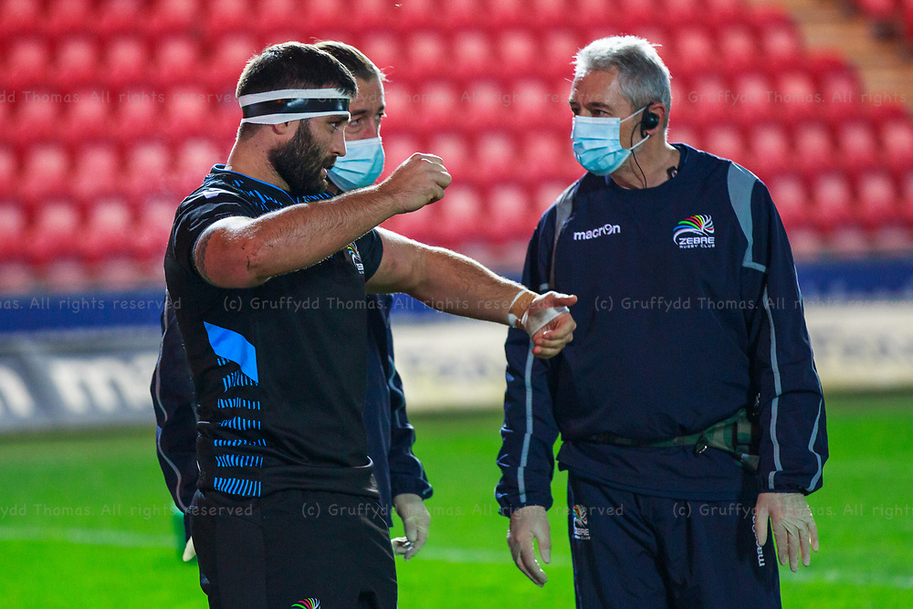 Llanelli, UK. 8 November, 2020.<br /> Zebre prop Eduardo Bello talks to his medical team before pulling out of the Scarlets v Zebre PRO14 Rugby Match.<br /> Credit: Gruffydd Thomas/Alamy Live News