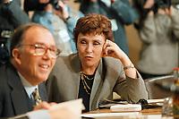 11.01.1999, Deutschland/Bonn:<br /> Edith Cresson, EU-Kommissarin für Wissenschaft, Forschung und Entwicklung, vor der gemeinsamen Sitzung von Bundeskabinett und Europäischer Kommission, NATO-Saal, Bundeskanzleramt, Bonn<br /> IMAGE: 19990111-02/01-07