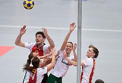 §11-04-2015 NED: PKC SWKgroep - TOP Quoratio, Rotterdam<br /> Korfbal Leaguefinale in een volgepakt Ahoy / <br /> Friso Bode en Rianne Echten zitten Mabel Havelaar en Mady Tims dwars bij de korf