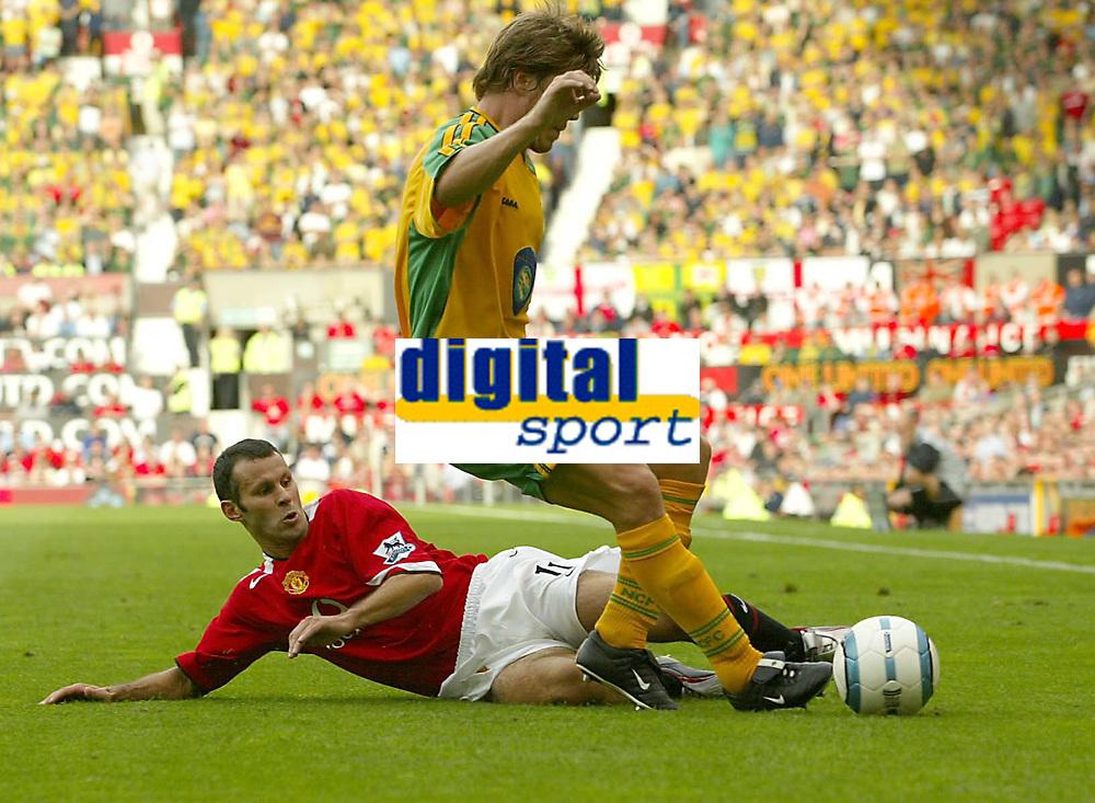 Fotball<br /> Foto: SBI/Digitalsport<br /> NORWAY ONLY<br /> <br /> Manchester United v Norwich<br /> 21.08.2004<br /> <br /> United's Ryan Giggs challenges Norwich's Adam Drury