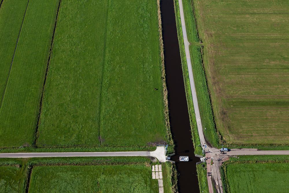 Nederland, Utrecht, Gemeente Eemnes, 03-10-2010; Eemnesservaart tussen Noordpolder te Veld en Zuidpolder te Veld. Fietsers maken gebruik van het voetveer (pontje).Cyclists use a small 'manual' the ferry across polder canal..luchtfoto (toeslag), aerial photo (additional fee required).foto/photo Siebe Swart