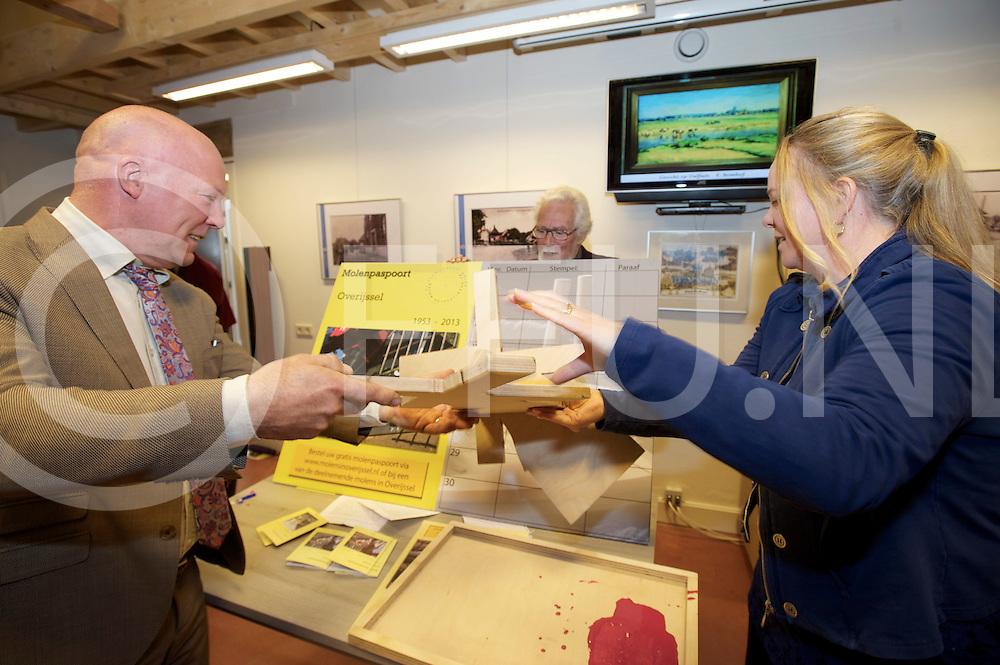 DALFSEN - Molen paspoort..Foto: na 45 minuten toespraken werd het Molen paspoort door voorzitter Pieter van der Vinne (l) en de gedeuteerde Hester May gestempeld..FFU PRESS AGENCY COPYRIGHT FRANK UIJLENBROEK.