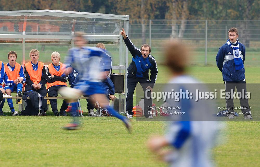 HJK:n B-juniorit, taustalla valmentajat Jarmo Lehtimäki (vas) ja Jukka Vuolio. 2005.&#xA;Photo: Jussi Eskola<br />
