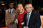 Premiere van de film Sonny Boy op maandag 17 januari in het Circus Theater in Scheveningen.<br /> <br /> Op de foto: Waldemar Nods en zijn schoondochter en links Sergio Hasselbaink