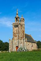 France, Bretagne, Côtes-d'Armor (22), Côte de Granit Rose, Pleumeur-Bodou, menhir courbe devant l'église de Saint-Samson // France, Brittany, Cotes d'Armor (22), Pleumeur Bodou, Saint Samson church