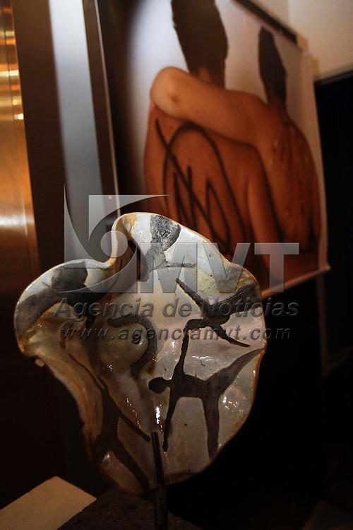 """TOLUCA, México.- Mary Carmen Castrejón, artista plástica y promotora cultural instalo en el MUMCI  la exposición """"Teterias"""" como una forma de concientizar a través del arte a las mujeres a realizarse la autoexploración y detectar a tiempo el cáncer de mamá. Agencia MVT / Crisanta Espinosa. (DIGITAL)"""