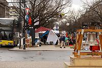 02 APR 2003, BERLIN/GERMANY:<br /> Junge Leute haben auf dem Mittelstreifen der Strasse Unter den Linden in der Naehe der Amerikanischen Botschaft ein Friedencamp errichtet um gegen den Irak Krieg zu demonstrieren, im Vordergrund eine Glocke von Greenpeace, Unter den Linden<br /> IMAGE: 20030402-02-014<br /> KEYWORDS: Demo, Frieden, peace, protest, demonstration,