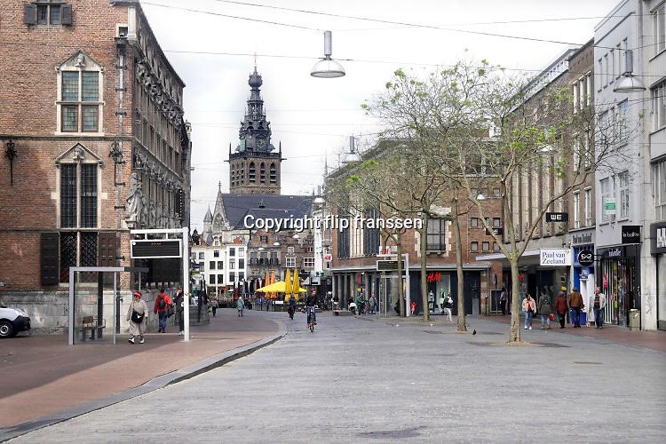 Nederland, Nijmegen, 11-5-2020 Mensen in het centrum van de stad . Winkels zijn open, maar het is niet druk . Winkeldende mensen .Foto: Flip Franssen