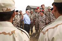10 DEC 2004, ABU DHABI/UNITED ARAB EMIRATES:<br /> Peter Struck, SPD, Bundesverteidigungsminister, im  Gespraech mit irakischen und deutschen Soldaten, im Rahmen eines Besuches das Ausbildungskommandos der Bundeswehr fuer irakische Soldaten bei Abu Dhabi<br /> IMAGE: 20041210-01-044<br /> KEYWORDS: Reise, Vereinigte Arabische Emirate, VAE, UAE, Gespräch