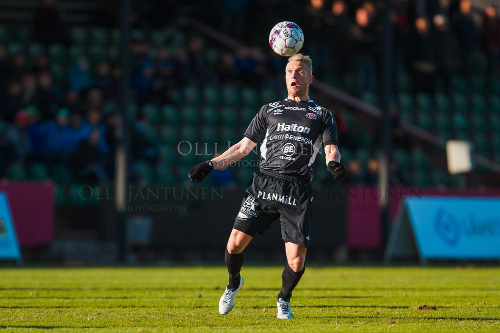 FC Lahden Pekka Lagerblom taituroi pallon kanssa Veikkausliigan ottelussa FC Lahti-IFK Mariehamn. Kisapuisto, Lahti, Suomi. 23.4.2015.