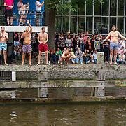 NLD/Amsterdam/20190803 - Gaypride 2019, jongens zwemmend tussen de boten