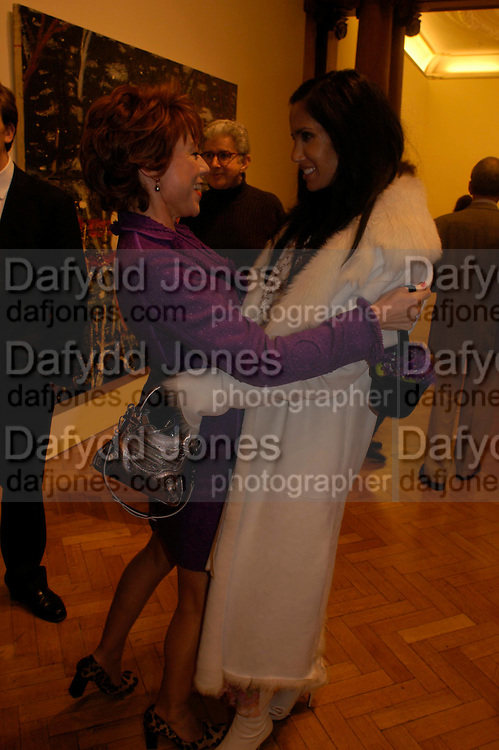 Kathy Lette and Padma Lashkmi. the Triumph of Painting. Part 1. The Saatchi Gallery. 25 January 2005. ONE TIME USE ONLY - DO NOT ARCHIVE  © Copyright Photograph by Dafydd Jones 66 Stockwell Park Rd. London SW9 0DA Tel 020 7733 0108 www.dafjones.com