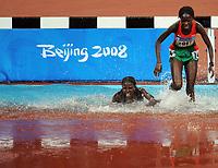 Friidrett<br /> OL 2008<br /> Beijing<br /> 15.08.2008<br /> Foto: Witters/Digitalsport<br /> NORWAY ONLY<br /> <br /> Sturz am Wassergraben Veronica Nyaruai Wanjiru Kenia und Muna Durka Sudan rechts<br /> Olympische Spiele Peking 2008, Leichtathletik 3000m Hindernis Damen<br /> <br /> BILDET INNGÅR IKKE I FASTAVTALER