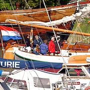 NLD/Muiden/20050514 - Koninging Beatrix komt terug van een dagje zeilen op de Groene Draeck met vrienden in de haven van Muiden