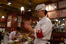 Garçon em um restaurante chinês, em Toquio, no Japão. FOTO: Jefferson Bernardes/Preview.com