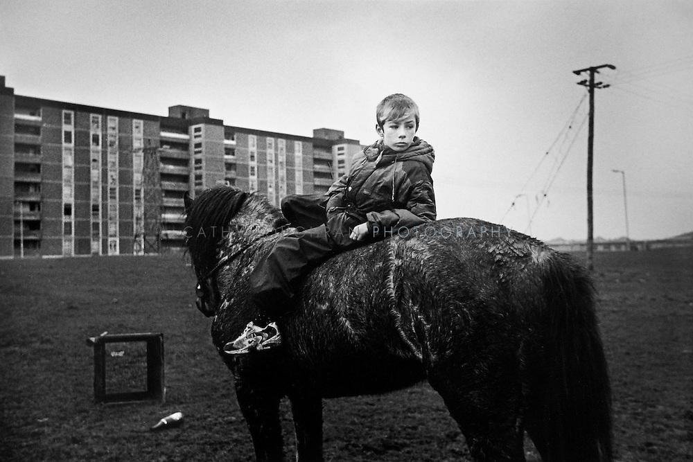 [Dublin, Ireland].   Boy on a horse in Ballymun Flats..12.08.00...-NUR DIGITAL ONLY; 48MB..Copyright:  Cathy Loughran/Bilderberg.