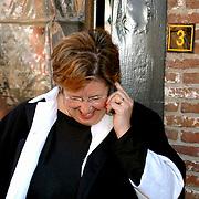 Mattheus Passion 2002 Naarden, Annemarie Jorritsma aan de telefoon