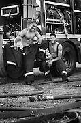 Photographie noir et blanc publiée dans le calendrier des pompiers de Nouméa en 2008.