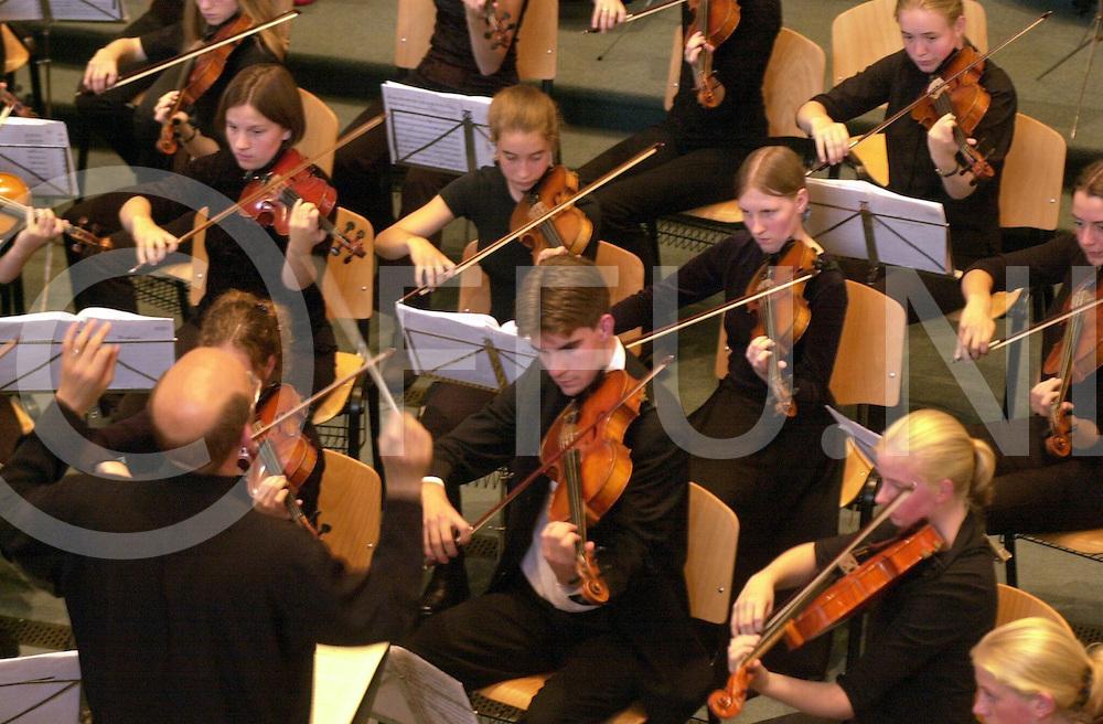 fotografie frank uijlenbroek©2001 michiel van de velde.010723 nijverdal ned.optreden nederlands jeugdorkest in de regenboogkerk