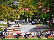 Krynica-Zdrój 29-09-2019. Miasto w województwie małopolskim, w powiecie nowosądeckim, Park Dukieta, znajdujący się w ścisłym centrum uzdrowiska - w parku u zbiegu Bularów Dietla, ulicy Zdrojowej, Pułaskiego i Piłsudskiego - na tzw. Plantach. Tutaj też znajduje się multimedialna fontanna zwana setką, przez to że ma sto dysz wodnych.