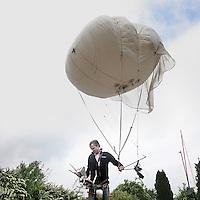 Nederland, Elburg , 11 juni 2010..Paul Kaandorp, hoogtefotograaf van het bedrijf Procreations maakt foto's d.m.v. van een ballon. De ballon is gevuld met helium en de camera hangt onder aan de ballon, die vervolgens via een afstandbediening bestuurd wordt..Paul Kaandorp, takes pictures with a camera with a remote control, attached to balloon.